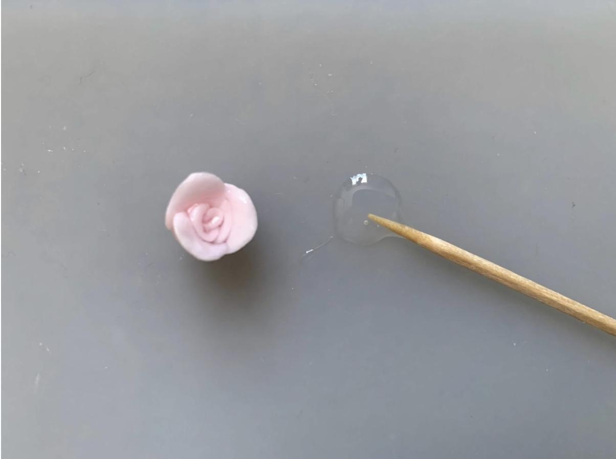 樹脂粘土を使ったハンドメイドレジン「薔薇ビジューピアス」の作り方・レシピを紹介