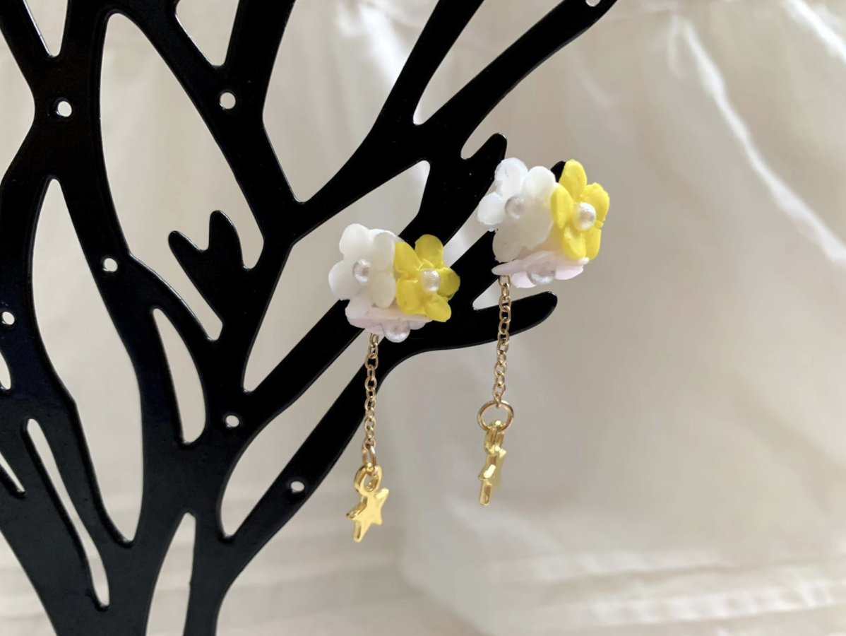 ハンドメイドレジン樹脂粘土のお花と星のロングピアス