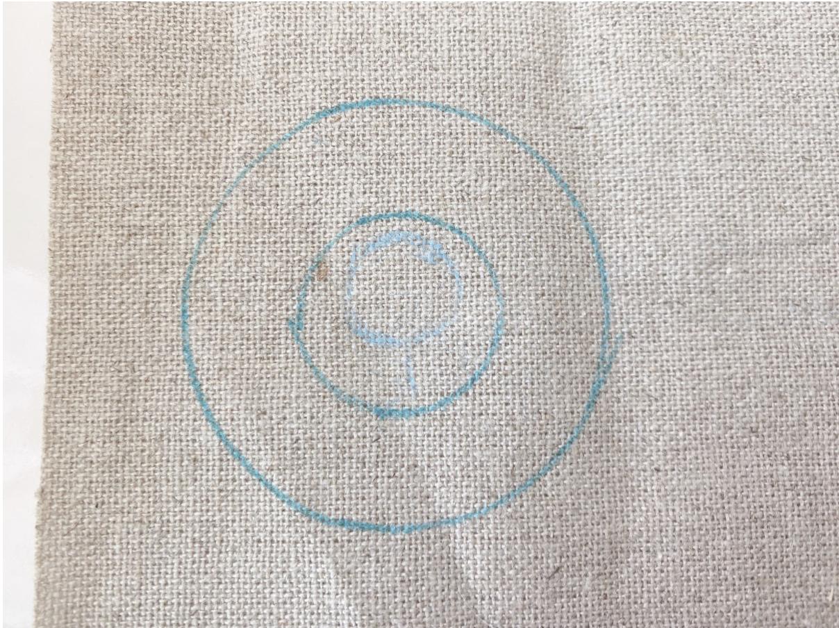 刺繍ブローチのサイズに合うように下絵を写す