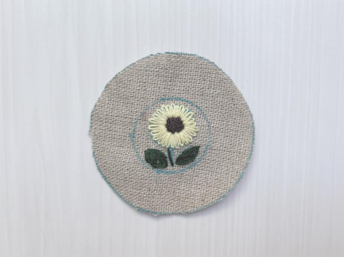 手芸初心者でもできる!くるみボタン・ひまわり刺繍ブローチの作り方