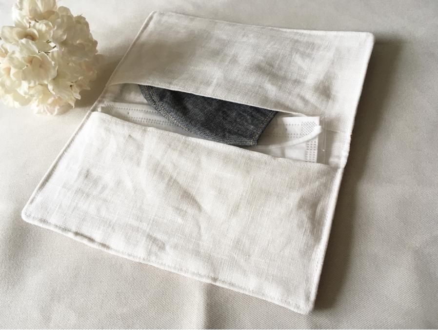 【機能的で便利】仕切りポケット付き二つ折りマスクケース