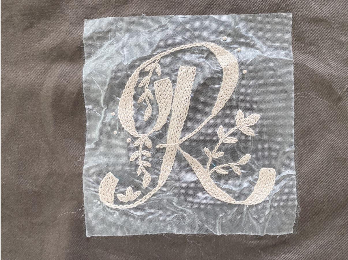 刺繍初心者でもおしゃれに見える/チェーンステッチを使ったイニシャル刺繍