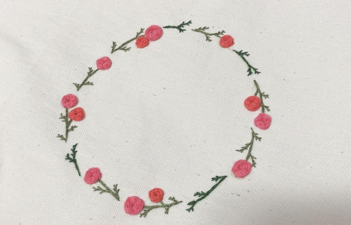 バラのリースと花刺繍の魅力