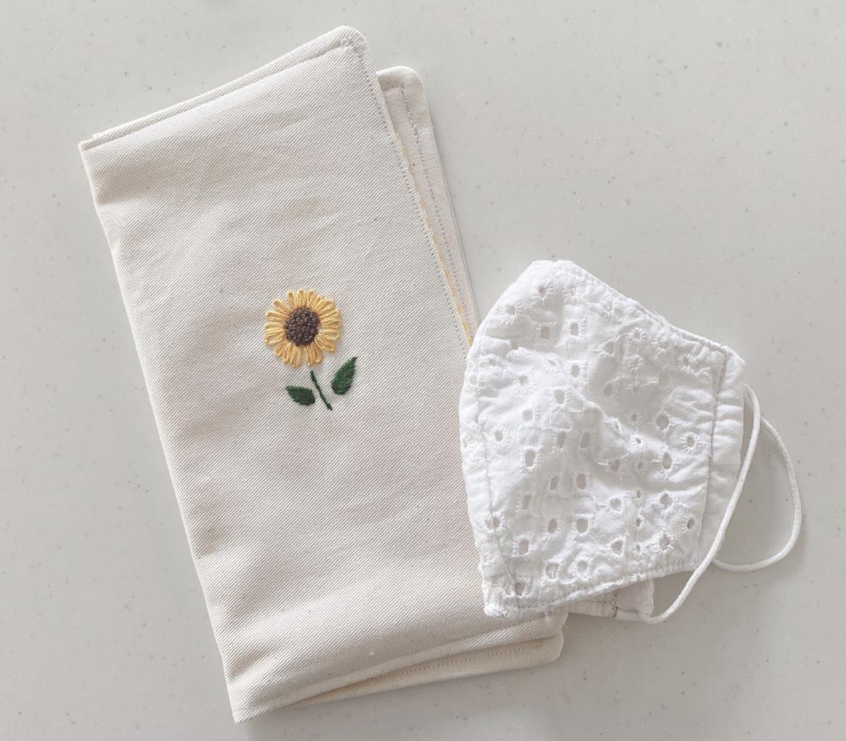 おしゃれでかわいい「ひまわり刺繍ポケット付マスクケース・仮置きケース」