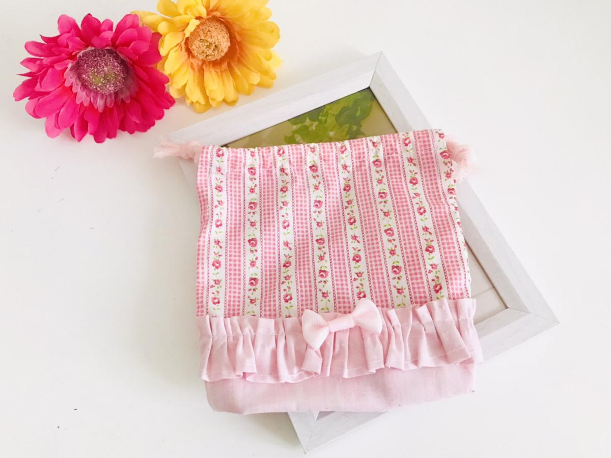 手芸初心者でも簡単にハンドメイドできる「女の子用裏地なしマチありコップ袋(切り替え&フリルリボン付き)」の作り方を紹介